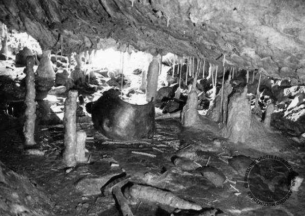 """L'orifizio di Scaloria, dal neolitico """"culto delle acque"""" alle misteriose previsioni del tempo"""