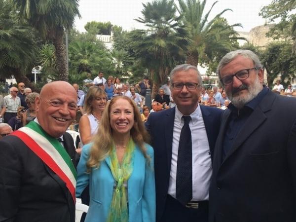 Peschici/ Il Comune premiato per la campagna di pulizia dei fondali dalla plastica. Manifestazione all'Ambasciata Usa a Roma