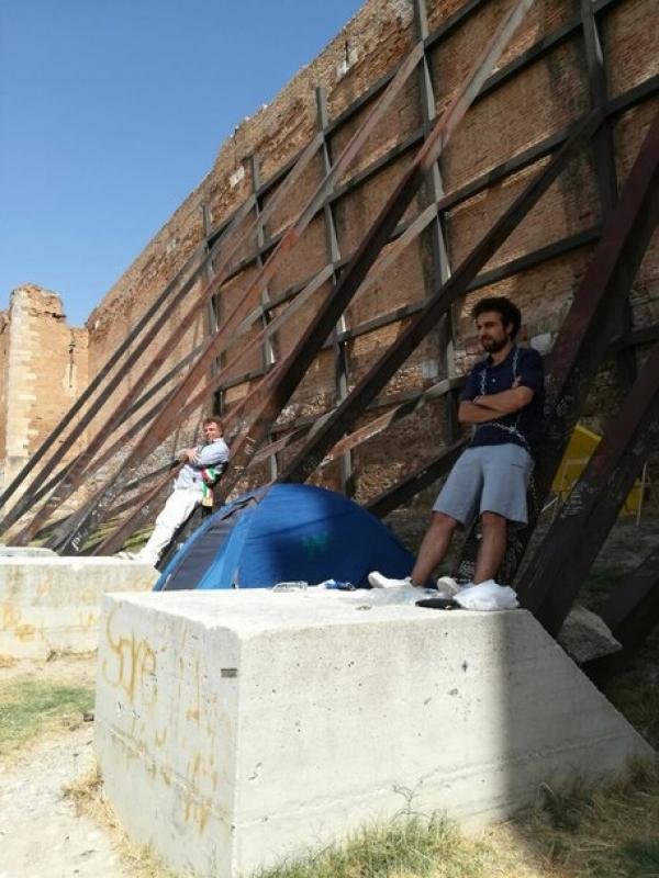 Sos sindaco, salvate Castello di Lucera. Ombrellone e tenda davanti a fortezza svevo-angioina da salvare